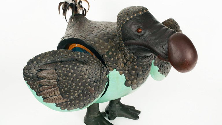 David-Beck-Untitled-Dodo-with-Interior-Dodo-Diorama-1977-Mixed-media_-carved-and-painted-wood-glass-and-feathers-21-x-14-x-27-inches-768x557